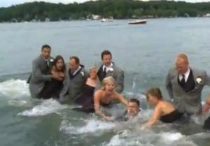 Padrinhos e noivos caíram no lago após acidente (Foto: Reprodução)