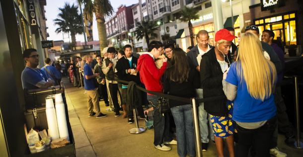 Fila de fãs para comprar o iPhone no dia do lançamento (Foto: Reprodução/Cnet)
