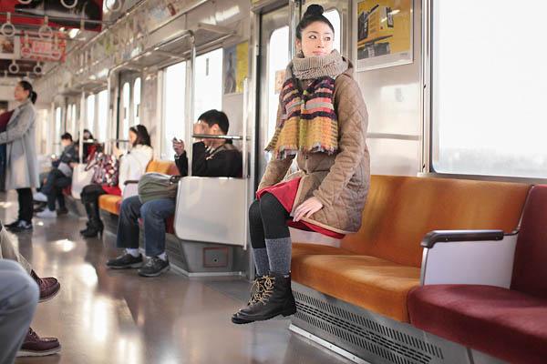 Menina flutuando em metrô é um dos destaques (Foto: Reprodução)