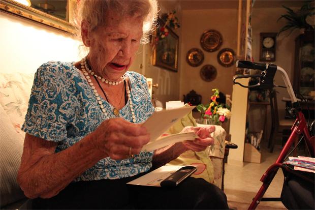 Halina e alguns dos muitos cartões que chegaram pelo correio (Foto: Reprodução)