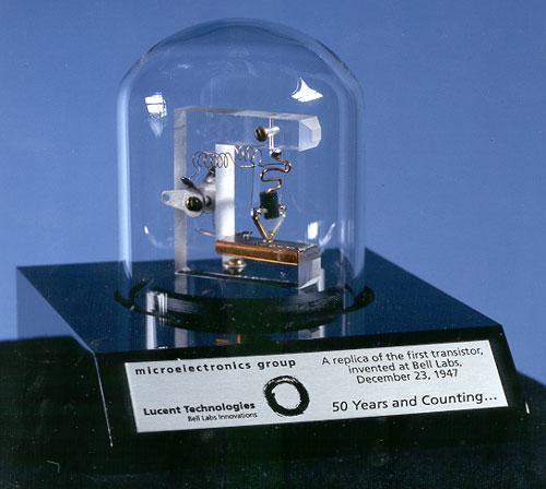 Figura 1: réplica do primeiro transistor fabricado em 1948 (da Wikipedia)