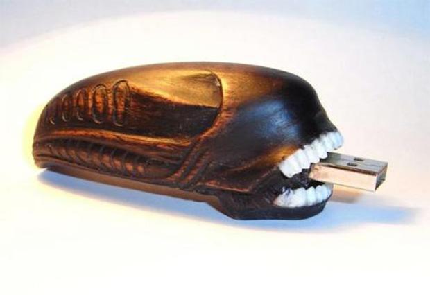 Pen drive com a cabeça do predador Alien (Foto: walyou)