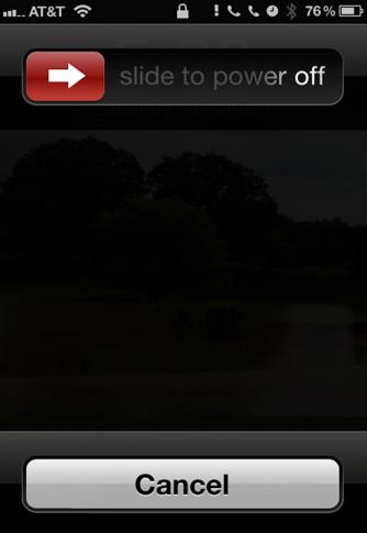 Na tela de desligamento, pressione o botão Home até a tela sair dessa opção (Foto: Reprodução)