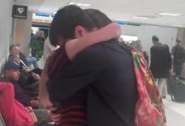 Abraço carinhoso do casal encantou usuários do YouTube (Foto: Reprodução)