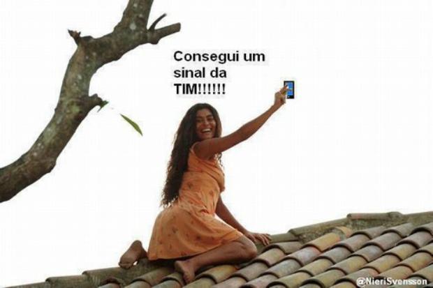 Gabriela sobe no telhado para pegar sinal da TIM (Foto: Reprodução)
