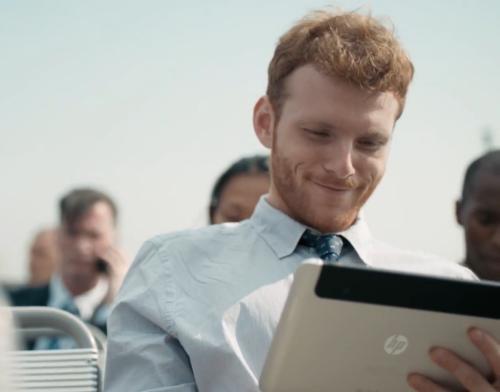 Cena em que o tablet da HP aparece gerou rebuliço na web (Foto: Reprodução)