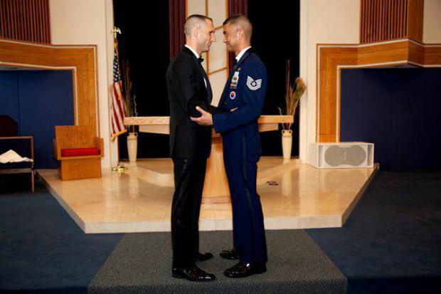 Os militares Will Behrens e Erwynn Umali viraram viral no Facebook após casamento gay (Foto: Reprodução)