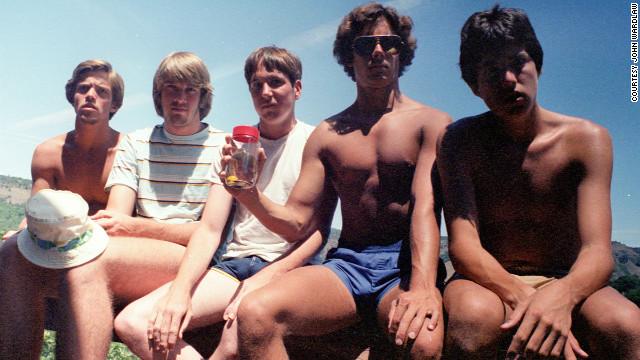 Foto original, de 1982. Da esquerda para direita: John Wardlaw, Mark Rumer, Dallas Burney, John Molony e John Dickson (Foto: Reprodução)