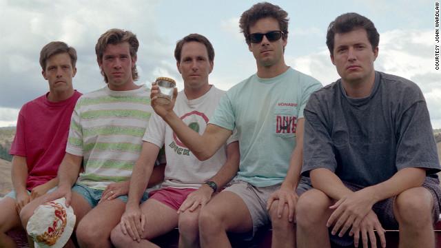 Foto de 1992, de quando John Wardlaw, John Molony e John Dickson resolveram recriar a foto usando camisas (Foto: Reprodução)