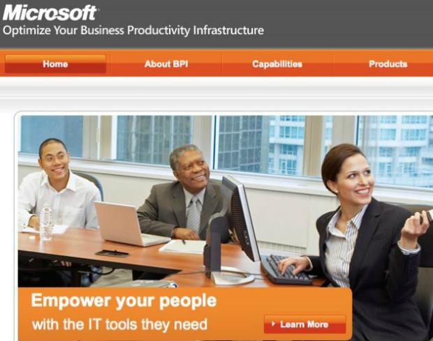 Imagem original com homem negro ao centro na propaganda da Microsoft. Foto: (Reprodução)