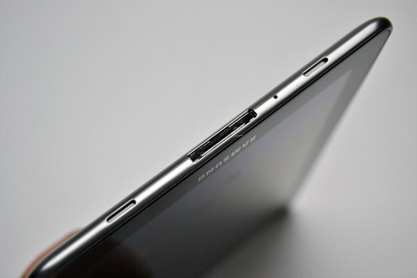 Saídas de som estéreo e conexão proprietária da Samsung (Foto: Reprodução/Stella Dauer)