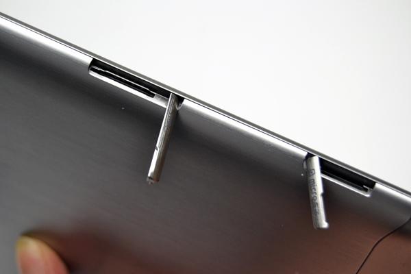 Tampas protegem cartão microSD e chip SIM (Foto: Reprodução/Stella Dauer)