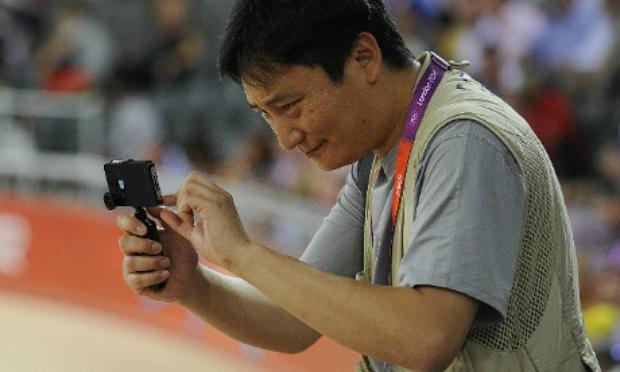 Chung está fazendo sucesso com seu iPhone (Foto: Tom Jenkins/The Guardian)