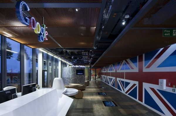 Hall do novo escritório do Google no Reino Unido é decorado por bandeiras (Foto: Reprodução)