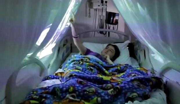 Maga não escondeu a felicidade com a ação do hospital (Foto: Reprodução/YouTube)