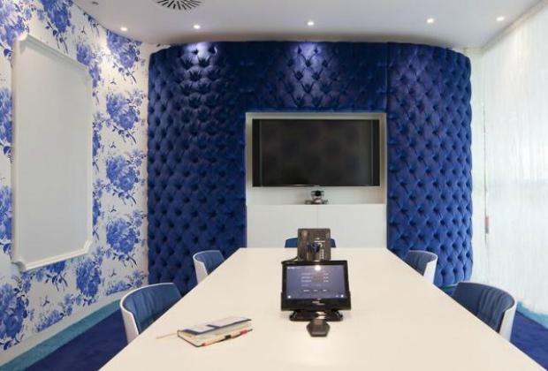 Sala de conferência do novo escritório do Google tem tons de azul (Foto: Reprodução)