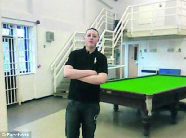 Homem chegou a publicar foto em que aparece na cadeia (Foto: Reprodução/Facebook)