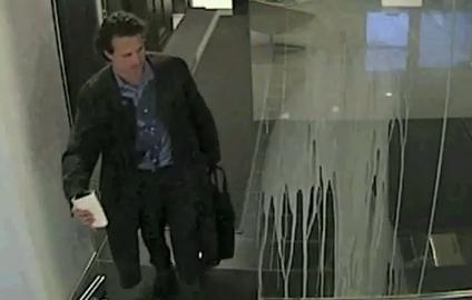 Homem bateu no vidro e ainda derramou café (Foto: Reprodução)