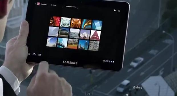 Cena do comercial do Galaxy Tab 10.1, de 2011 (Foto: Reprodução)