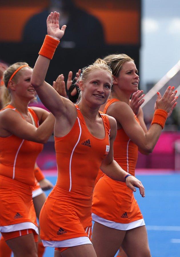As loiras agradecendo aos torcedores ao fim de um dos jogos classificatórios (Foto: Reprodução/Getty Images)