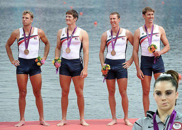 """A atleta aparece na foto do pódio do time britânico, aonde um dos """"membros"""" ficou alegre!  (Foto: Reprodução)"""