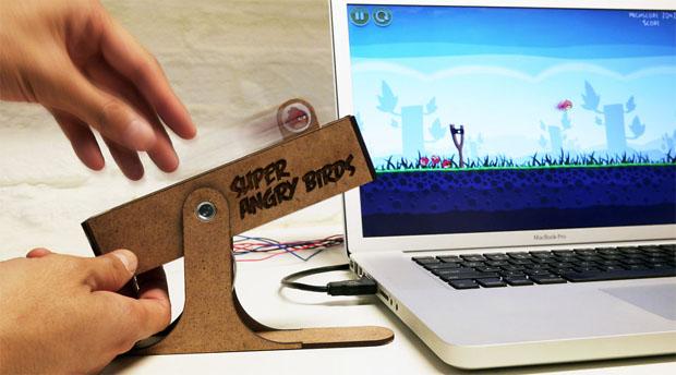 O curioso estilingue Super Angry Birds (Foto: Divulgao)