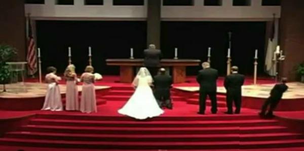 Padrinho que desmaia em casamento é um dos destaques do vídeo (Foto: Reprodução)