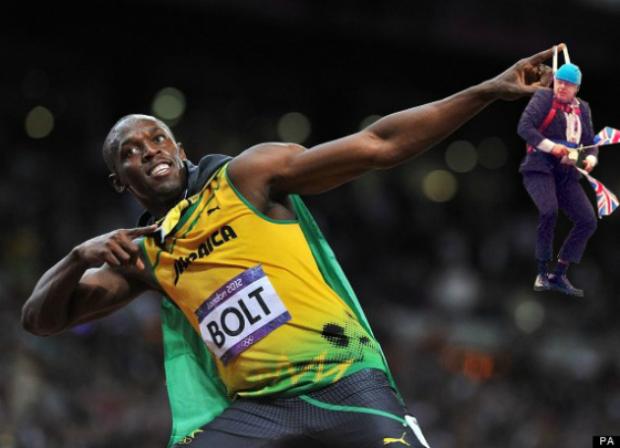Boris Johnson pendurado no dedo do corredor Usain Bolt (Foto: Reprodução/ Raquel Freire)