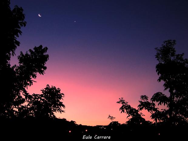 Pôr do sol e lua crescente. Feita com Sony Cyber-shot HX1 (Foto: Eula Carrara)