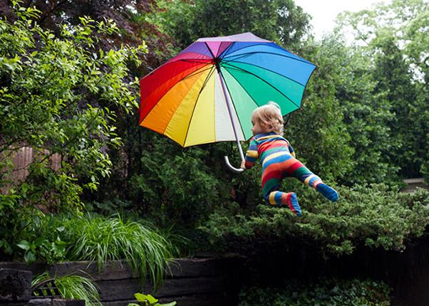 Henry voando agora com seu guarda-chuva colorido Foto Rachel Hulin (Foto: Henry voando agora com seu guarda-chuva colorido Foto Rachel Hulin)