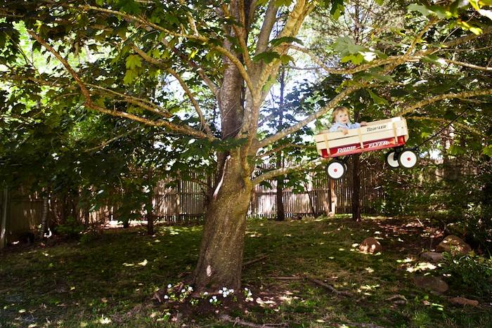 Henry e seu caminhãozinho voador (Foto: Rachel Hullin)