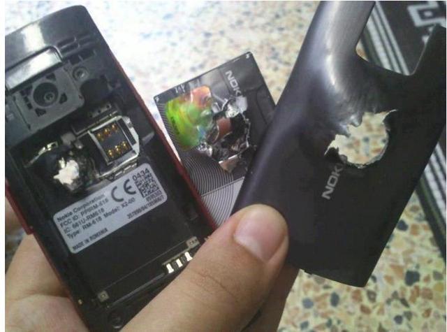 O celular atingido pela bala (Foto: Reprodução)