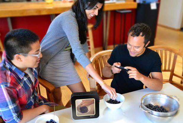 Protótipo do projeto, a foto é tirada e enviada para o servidor do Instagram, aparecendo automaticamente na tela do Instacube (Foto: Divulgação)
