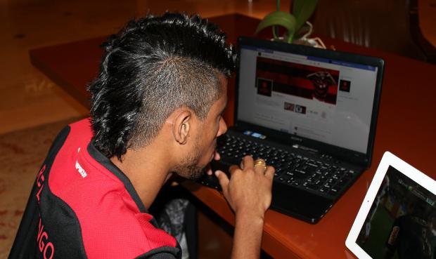 Leo Moura acessa sua fanpage no Facebook sempre que possível (Foto: Divulgação)