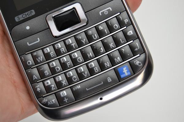 Teclado QWERTY tem botão exclusivo para o Facebook (Foto: Stella Dauer/TechTudo)