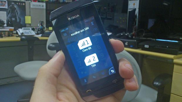 O usuário pode escolher qual chip deseja utilizar para fazer uma ligação (Foto: Elson de Souza/TechTudo)