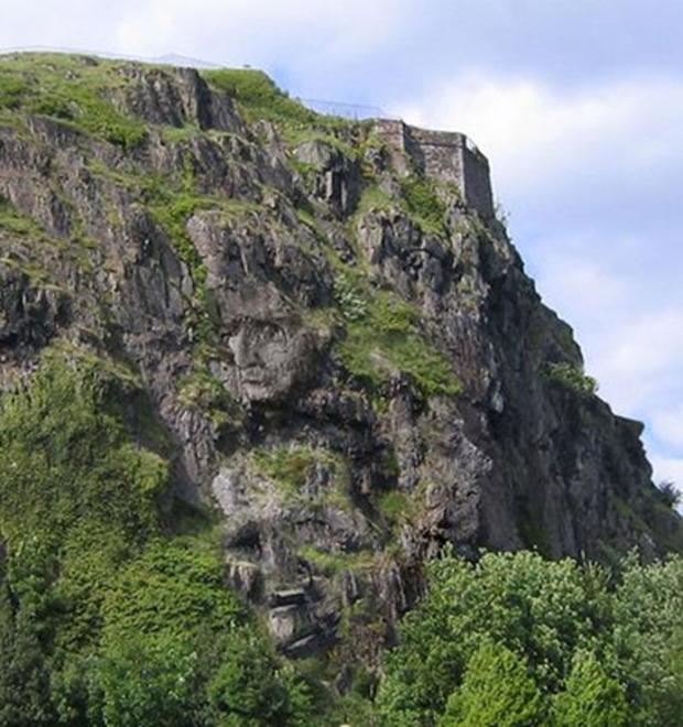 Ilusão de ótica de vários rostos em relevo nas pedras (Foto: Reprodução)
