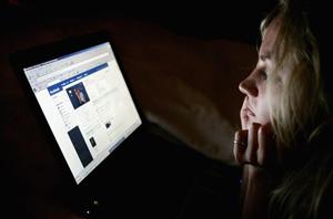 Mulher acessando o Facebook (Foto: Reprodução)