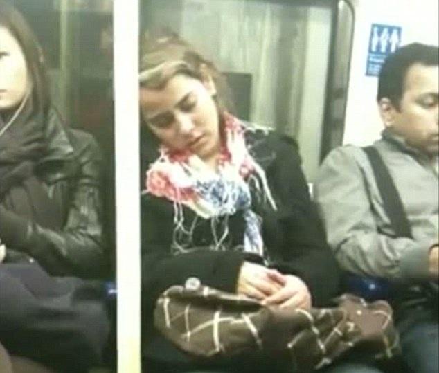 A jovem estava sonolenta quando abraçou o rapaz e foi filmada (Foto: Reprodução)