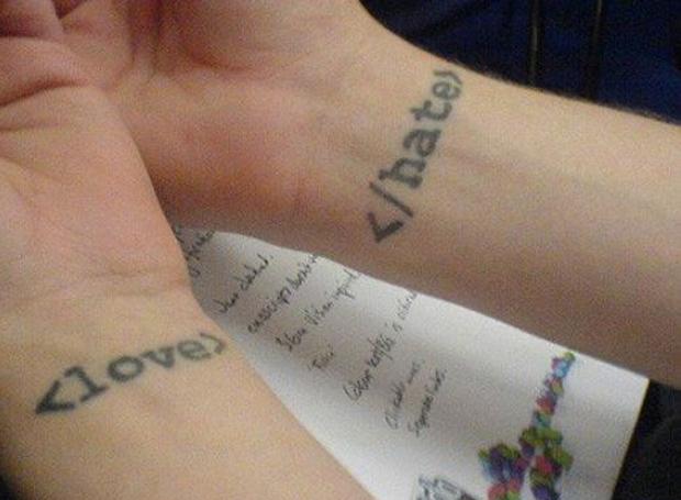 Outra tattoo baseada no HTML (Foto: Reprodução)
