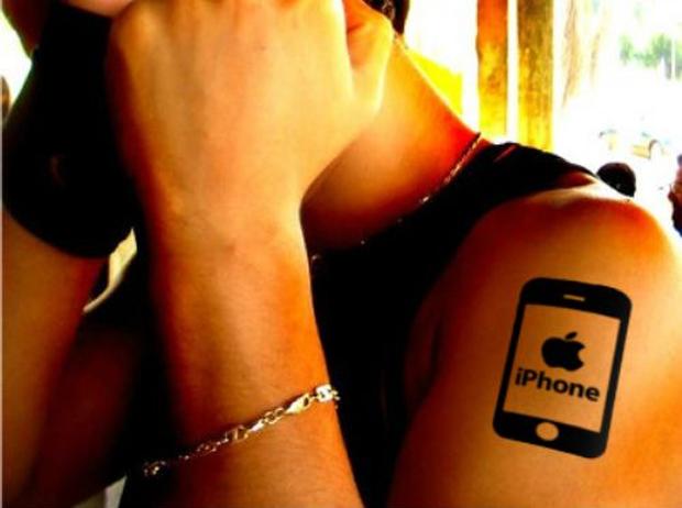 Homem com tatuagem de iPhone no braço (Foto: Reprodução)