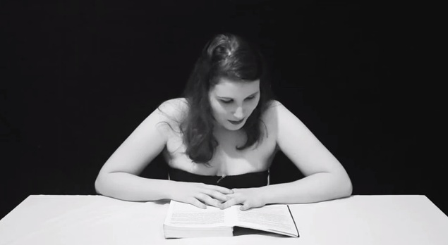 """Elaine durante as gravações de """"Gozando de um bom livro"""" (Foto: Reprodução)"""