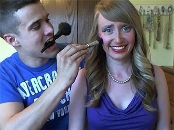 """Max aplicando blush em sua namorada acabou gerando o meme """"Meu Namorado Faz Minha Maquiagem"""" (Foto: Reprodução) (Foto: Max aplicando blush em sua namorada acabou gerando o meme """"Meu Namorado Faz Minha Maquiagem"""" (Foto: Reprodução))"""