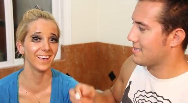 Max maquiando a namorada (Foto: Reprodução/YouTube)