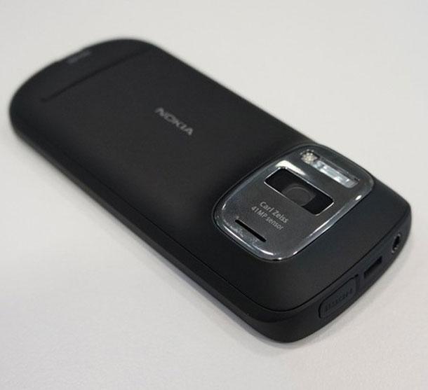 Apesar de rodar Symbian, o Nokia 808 foi bastante elogiado por sua câmera PureView (Foto: Reprodução)