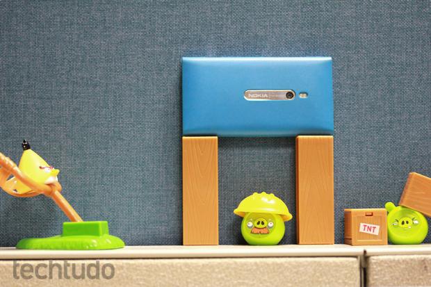 Nokia Lumia 800 ganhou destaque por seu corpo em formato unibody (Foto: Allan Melo / TechTudo)