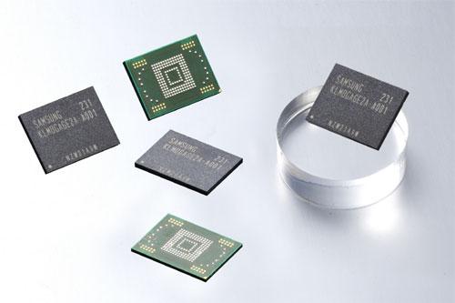 Os novos chips de memória da Samsung, dobrando as capacidades atuais (Foto: Reprodução)