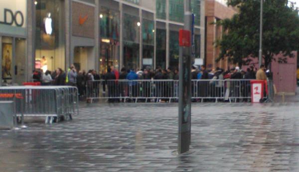Fila marcou o lançamento do novo iPhone (Foto: Reprodução)