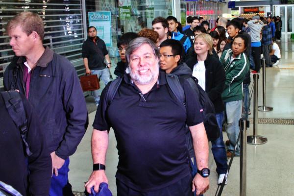 Woz foi o sétimo na fila de loja da Apple na Austrália (Foto: Reprodução)