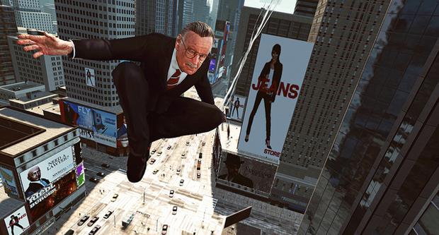 Stan lee se balance pelos prédios em sua teia (Foto: Divulgação)